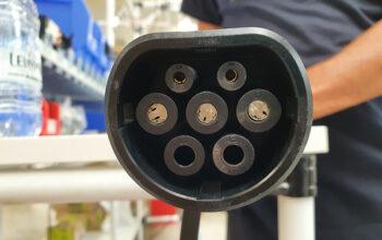 Assembliamo i connettori per la ricarica dei veicoli elettrici